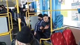 Студент играет на домбре в автобусах Караганды