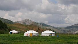 Юрты на фоне гор