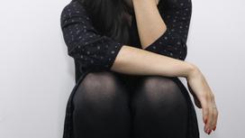 девушка сидит на корточках
