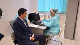 Алексей Цой получает прививку от коронавируса