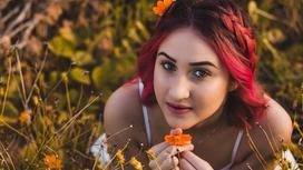 Девушка с красным омбре на волосах в поле