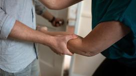 Мужчина держит женщину за руку во время ссоры