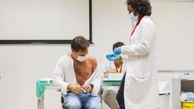 Врач ставит вакцину мужчине