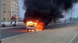 Автомобиль горит на проезжей части