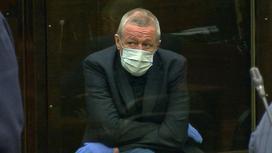 Михаил Ефремов сидит в зале суда