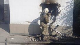 Пожарный тушит горящую хлебопекарню в Семее
