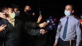 Полицейский и журналисты на месте происшествия