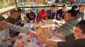 Строителей накормили пловом в Талгаре