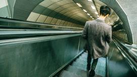 Человек идет по аэропорту