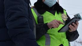 Гражданин стоит возле сотрудника полиции