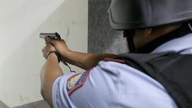Полицейский с пистолетом в руках