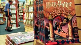 Книги о Гарри Поттере на книжной полке магазина