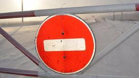 """Знак """"Проезд запрещен"""" на заснеженной дороге"""