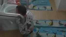 Мальчика привязали к унитазу в Атырау