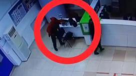 Мужчина берет чужую сумку