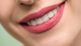 Красивая белоснежная улыбка женщины