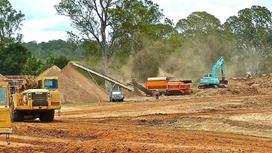 Бульдозеры работают на месте строительства дороги