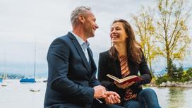 Мужчина и женщина улыбаются друг другу