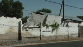 Стена из бетонных плит в Таразе
