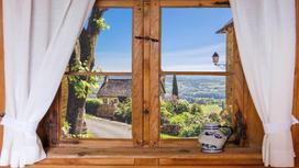 Деревянное окно со шторками