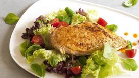 курица с овощами на тарелке