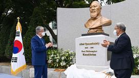 Касым-Жомарт Токаев на открытии бюста Абаю в Сеуле