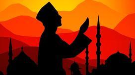 Молящийся мужчина на фоне мечети