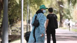 Два человека стоят на улице