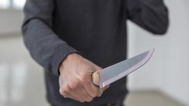 Нож в руке у мужчины