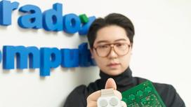17-летний предприниматель Сукон Хон показывает умные часы