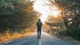 Мужчина идет по дороге