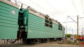 Поезд едет по железной дороге