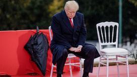 Дональд Трамп сидит на стуле