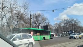 Автобус без колеса стоит у дороги