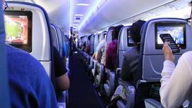Люди летят в самолете
