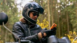 Мотоциклист смотрит в телефон