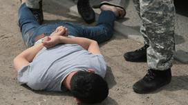 сотрудники правоохранительных органов проводят задержание мужчины