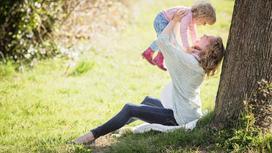 Мама и ребенок под деревом