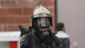 Пожарный работает на пожаре