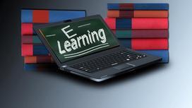 надпись E-Learning на экране ноутбука