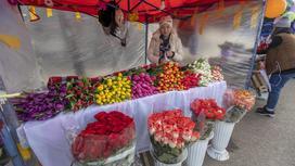 Женщина продает цветы