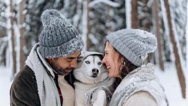 Мужчина и женщина в вязанных шапках