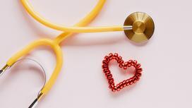 Стетоскоп и резинка в форме сердца на столе