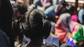 Девочка из Индии стоит спиной