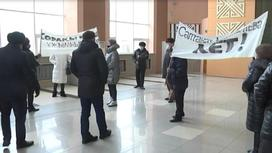 Люди в театре в Уральске