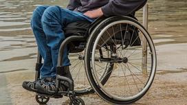 Мужчина сидит в инвалидной коляске