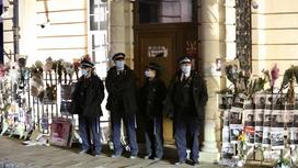 Полицейские около здания посольства Мьянмы