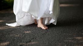 Невеста босиком идет по дороге