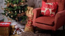 Елка, мешок с подарками как новогоднее украшение комнаты