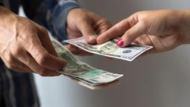 Мужчина и женщина передают друг другу деньги